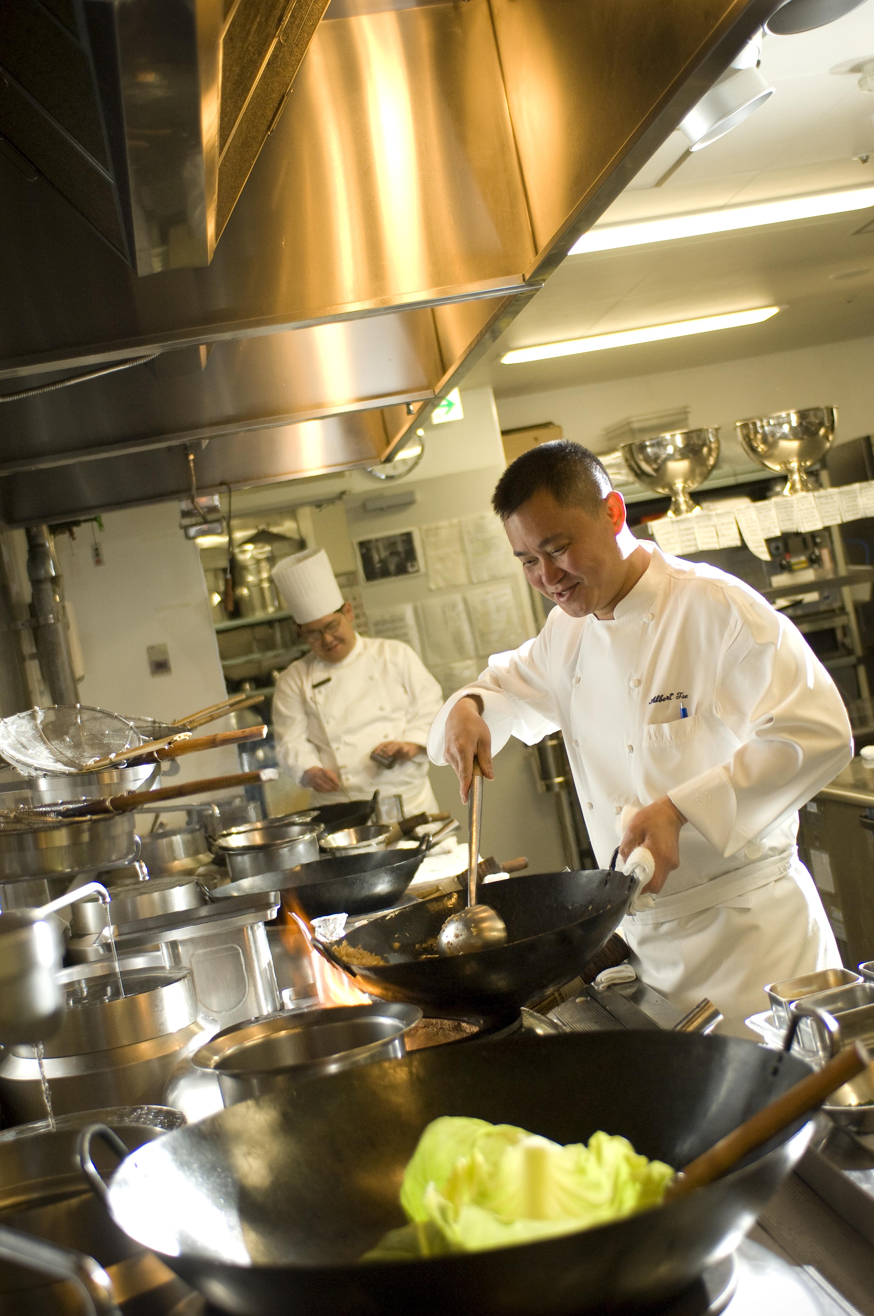 皆さんはじめまして。中国料理「チャイナブルー」料理長のアルバート・ツェと申します